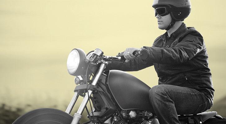 Homme qui conduit sa moto.