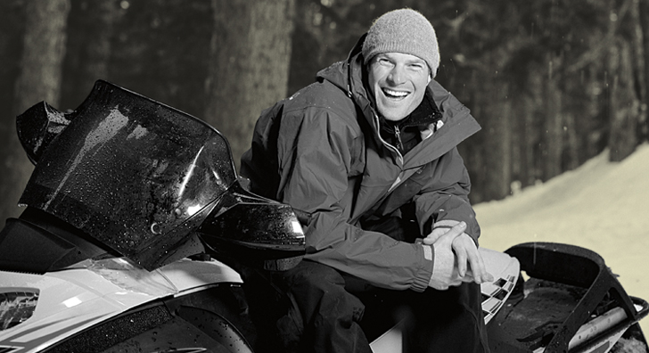 Un homme sur sa motoneige.