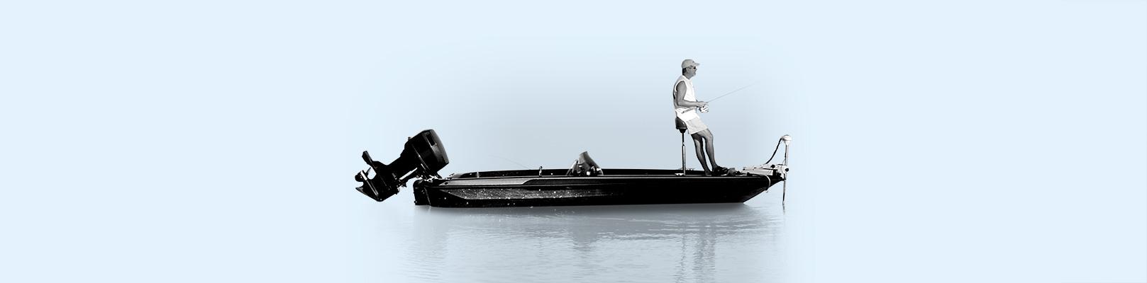 Un homme pêche à bord d'un bass boat