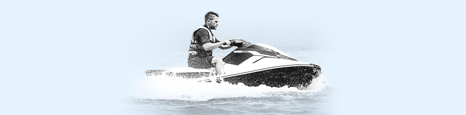 Un homme sur une moto-marine