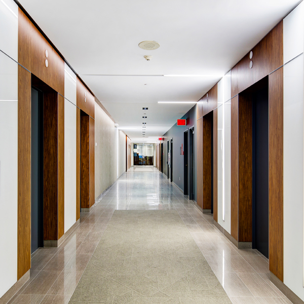 Un corridor de l'immeuble Le 1981 McGill College