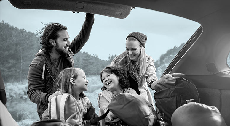 Un groupe heureux d'être en bateau