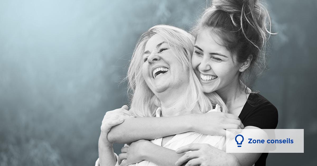 Une femme et sa mère qui s'embrassent et sourient