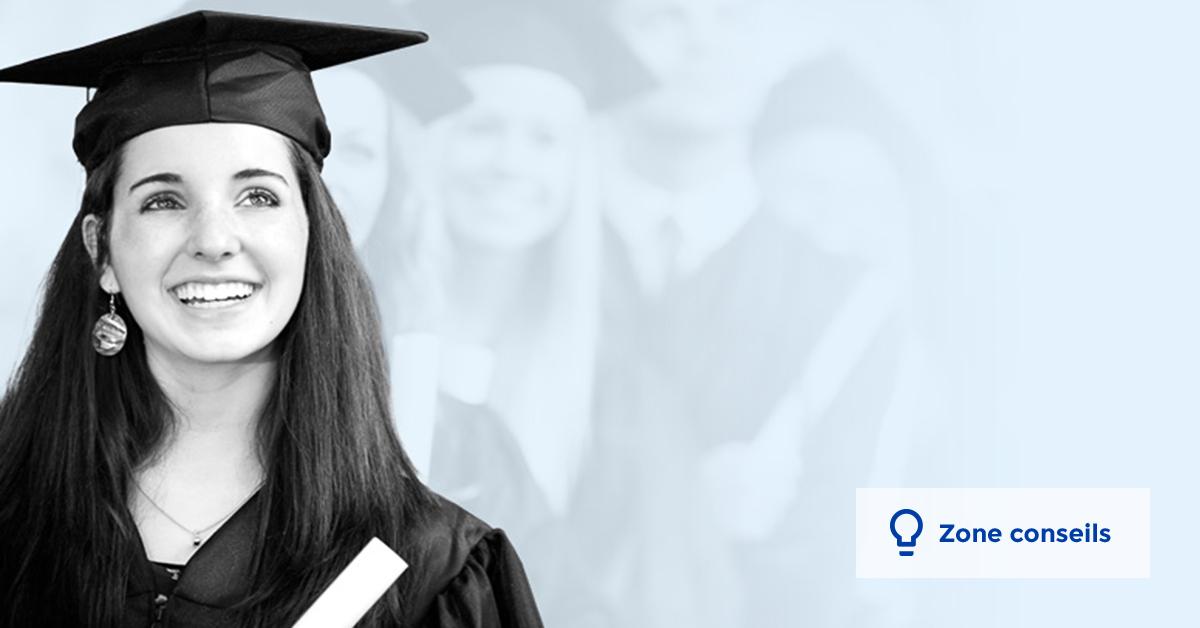 Une jeune femme diplômée sourit