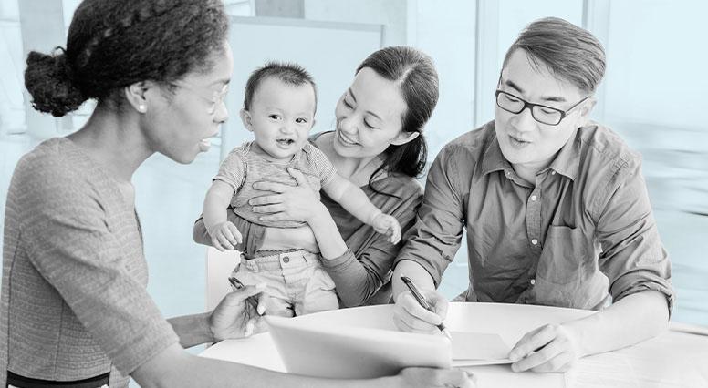 Un couple et leur enfant écoutent un conseiller en assurance