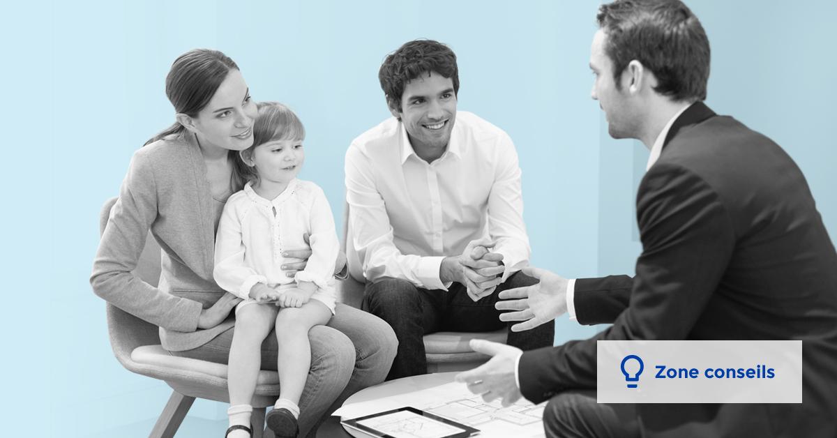 Un couple et leur enfant écoute un conseiller en assurance