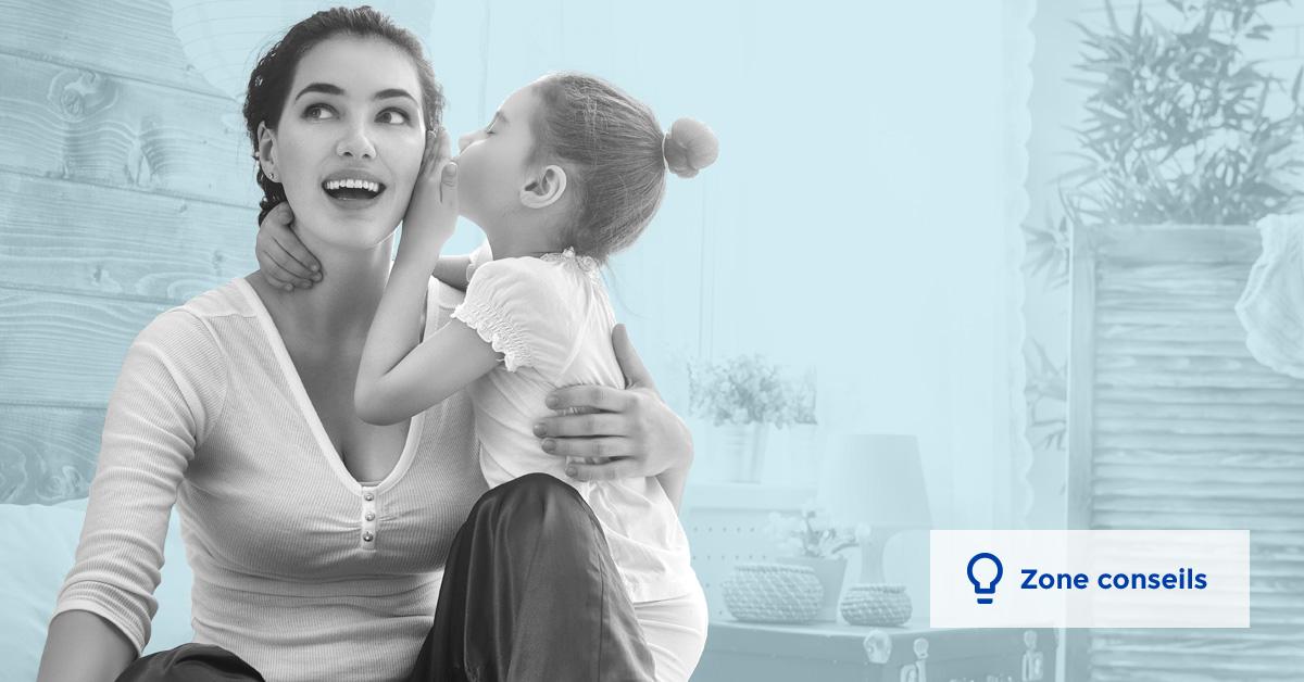 une jeune fille chuchote à l'oreille de sa mère