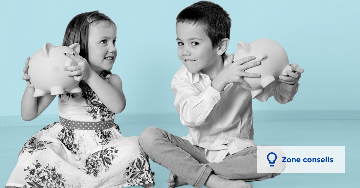 deux enfants secouent leur tirelire