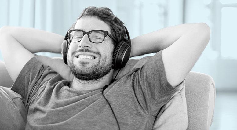 Jeune homme écoutant de la musique