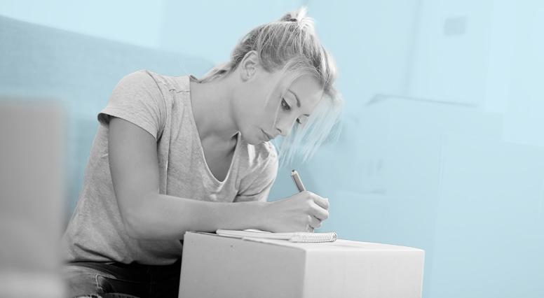 Une femme écrit dans un calepin