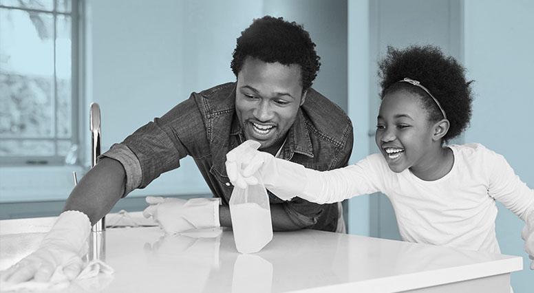 Un père et sa fille font le ménage de la cuisine