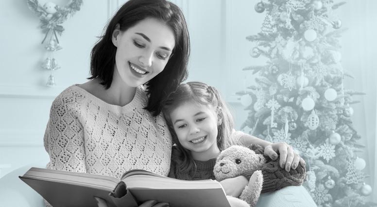 Une mère lit une histoire dans un livre à sa fillette