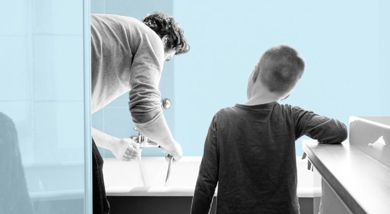 Un père qui fait couler un bain à son fils