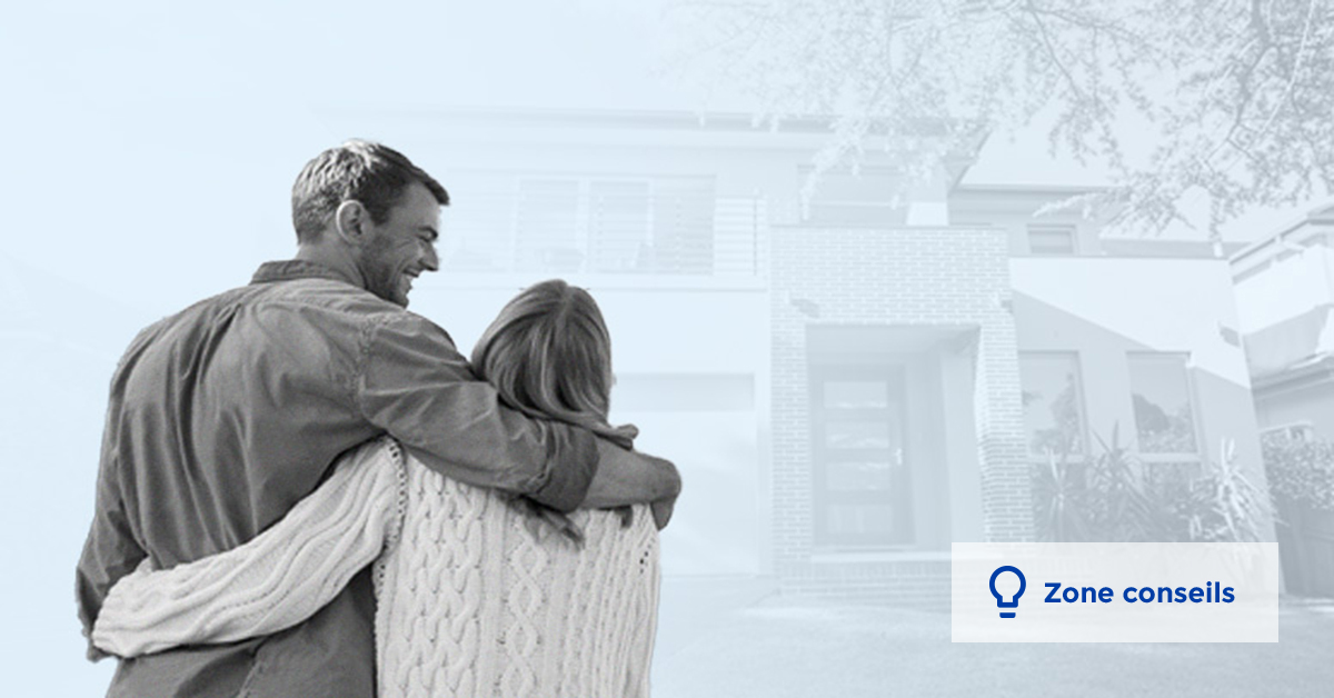 Un couple regarde la façade de leur maison