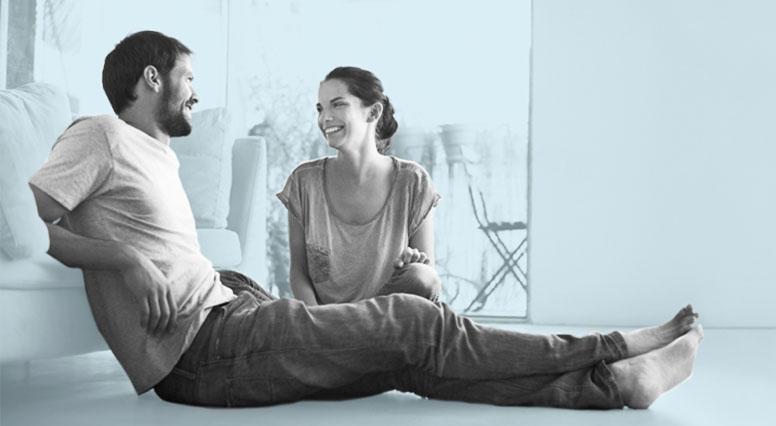 Un couple converse assis sur le plancher