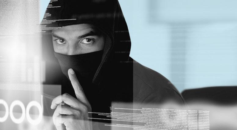 Un voleur fait signe de ne pas faire de bruit