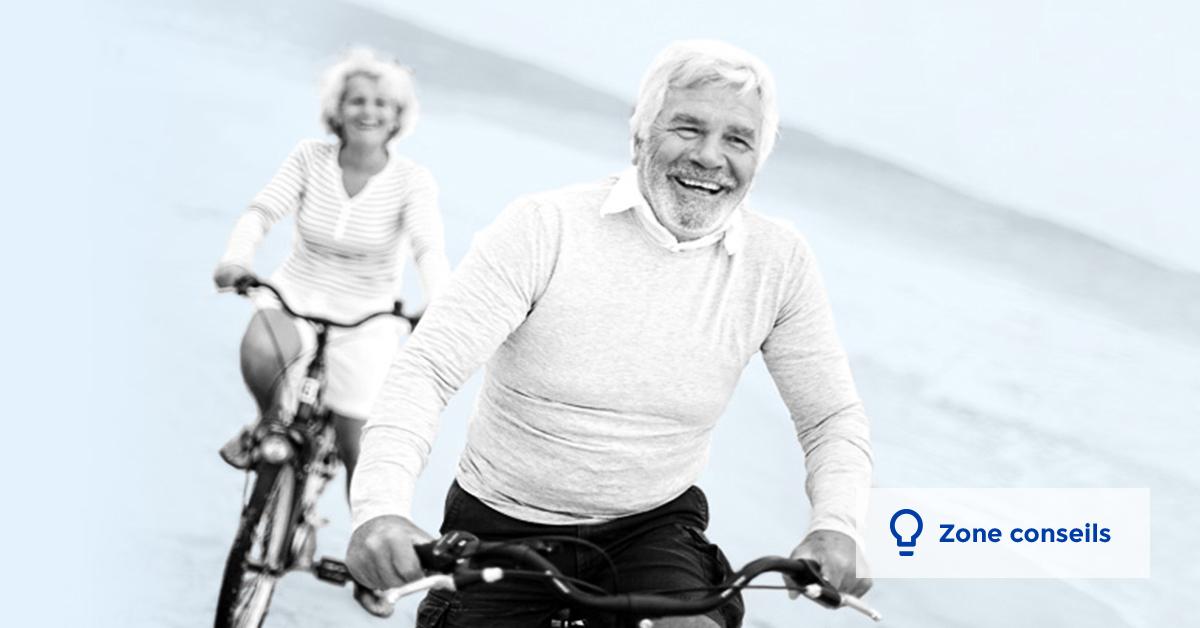 Un couple de retraités à vélo