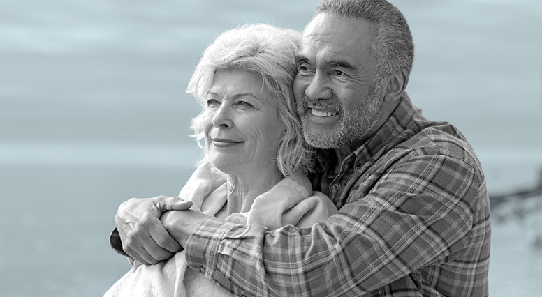 un couple discute avec une conseillère en assurance vie de iA Groupe financier