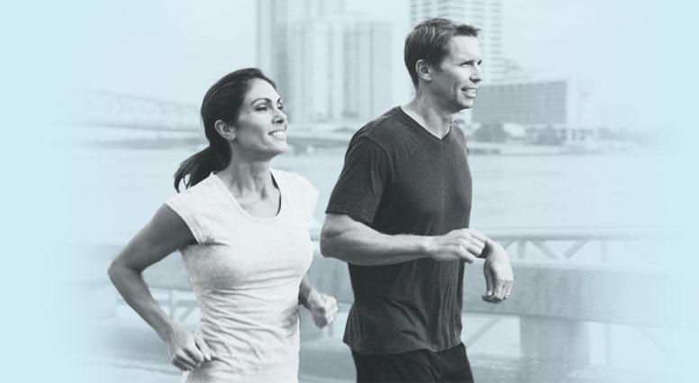 Un couple en train de courir
